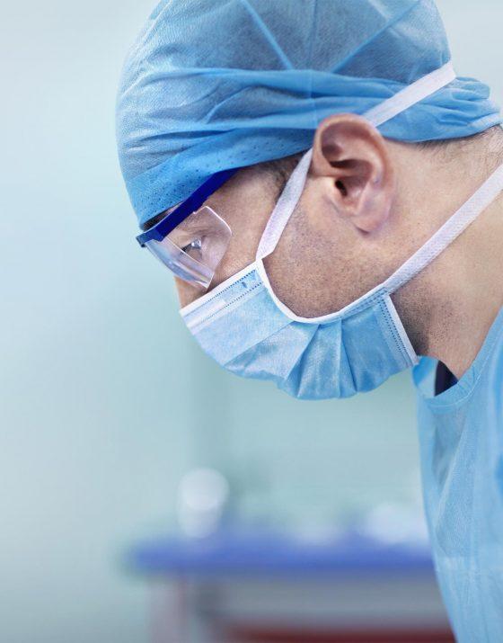 Les anneaux gastriques mis en place par les chirurgiens bariatriques, migrent parfois partiellement dans l'estomac. N'étant alors plus efficaces, il faut donc les retirer